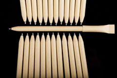 Płytki ostrość widok zakończenie wizerunek nowi pióro ołówki widzieć na ciemnego czerni tle Egzamin próbny Up Zdjęcia Stock