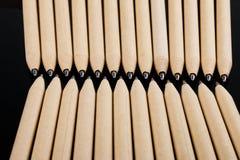 Płytki ostrość widok zakończenie wizerunek nowi pióro ołówki widzieć na ciemnego czerni tle Egzamin próbny Up Obrazy Stock