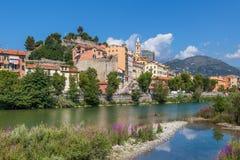 Płytki strumień i stary miasteczko Ventimiglia, Włochy. Obrazy Stock