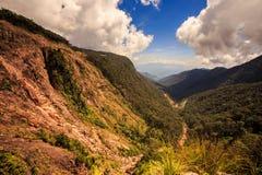Płytkiego Lesistego jaru przejścia skłonu Kamienisty las na wierzchołku Fotografia Royalty Free