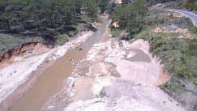 Płytkiego przesmyka błotnista rzeka używać dla piaska górniczego górnego widoku zbiory wideo