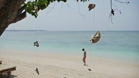 Płytkiej głębii dziewczyny plaży zwolnione tempo zdjęcie wideo
