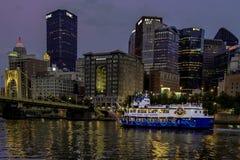 Pływać statkiem Allegheny rzekę za Pittsburgh linią horyzontu zdjęcie royalty free