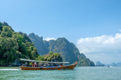 Pływać statkiem Phang Nga zatoki w Tajlandia Obrazy Royalty Free