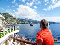 Pływać statkiem przez Śródziemnomorskiego Obrazy Stock