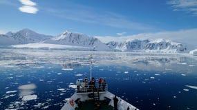 Pływać statkiem przez Neumayer korytkowy pełnego góry lodowa w Antarctica fotografia stock