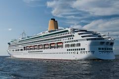 Pływać statkiem statek opuszcza świętego Petersburg Zdjęcia Royalty Free