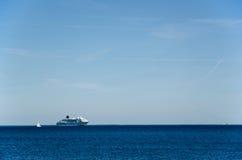 Pływać statkiem statek przy błękitne wody Obraz Royalty Free