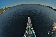 Pływać statkiem wokoło kuli ziemskiej zdjęcie stock