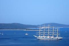 Pływać statkiem z żeglowanie łodzią na Adriatyckim morzu Obrazy Stock