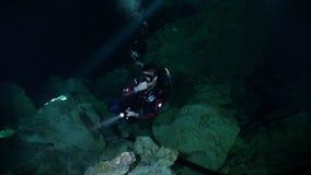 Pływać z latarką w zmrok jamach Jukatan cenotes podwodni w Meksyk zbiory