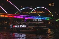 Pływa statkiem łódź przy Perełkową rzeką w Guangzhou nocą Fotografia Royalty Free
