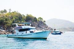 Pływa statkiem łódź z turystami na brzeg wyspy Phi Phi Fotografia Royalty Free