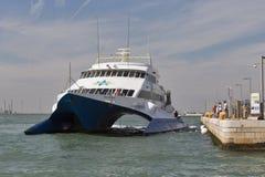 Pływa statkiem catamaran książe Wenecja cumował w Wenecja porcie Zdjęcia Royalty Free