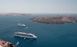 Pływa statkiem liniowów przy kotwicą w Santorini lagunie fotografia royalty free