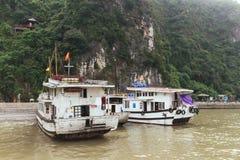 Pływa statkiem przerwę i czekanie dla turystów przy zatoką Dong Thien Cung jama w z latem przy brzęczeniami Tęsk zatoka Quang Nin zdjęcie royalty free