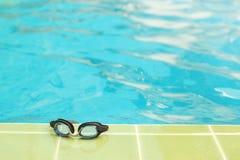 Pływaccy gogle i pływacki basen Obraz Royalty Free