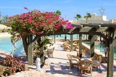 Pływacki basen blisko plenerowej restauraci przy luksusowym hotelem Zdjęcia Stock