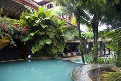 Pływacki basen blisko zakazuje przy nowożytnym luksusowym hotelem Obraz Royalty Free