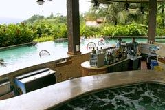 Pływacki basen blisko zakazuje przy nowożytnym luksusowym hotelem Fotografia Stock