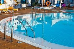 Pływacki basen hotelowy powikłany arena hotel w Corralejo, Hiszpania Obraz Stock