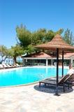 Pływacki basen i bar plażą przy luksusowym hotelem Obrazy Royalty Free