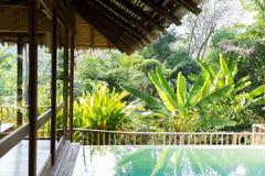 Pływacki basen i bungalow przy hotelowym kurortem obrazy stock