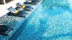 Pływacki basen i leżanka Zdjęcia Stock