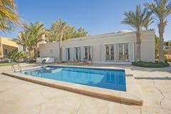Pływacki basen przy przy luksusową tropikalną wakacyjną willą Zdjęcia Royalty Free
