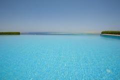 Pływacki basen przy luksusową tropikalną willą Obrazy Stock