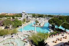 Pływacki basen przy luksusowym hotelem i turyści jesteśmy na wakacje Obraz Royalty Free