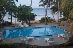 Pływacki basen przy miejscowością nadmorską w Sri Lanka zdjęcie stock