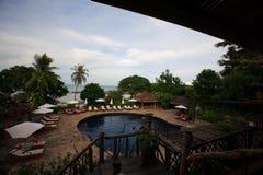 Pływacki basen przy morzem, słońc loungers obok ogródu i budynki, Fotografia Stock