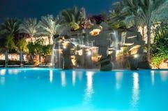 Pływacki basen przy nocą w sharm el sheikh, Egipt Obrazy Stock