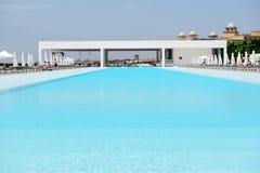 Pływacki basen przy nowożytnym luksusowym hotelem Obraz Royalty Free