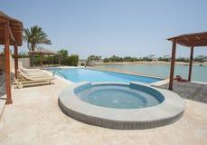 Pływacki basen przy przy luksusową tropikalną wakacyjną willą Zdjęcie Stock