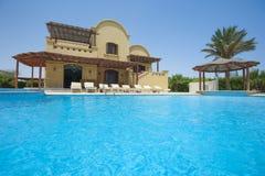 Pływacki basen przy przy luksusową tropikalną wakacyjną willą Zdjęcie Royalty Free