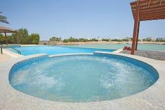 Pływacki basen przy przy luksusową tropikalną wakacyjną willą Fotografia Stock