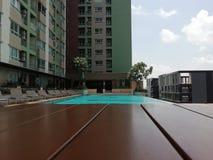 Pływacki basen przy wysoką podłoga w luxery mieszkaniu własnościowym z ogrodowym niebo spacerem obraz stock