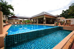 Pływacki basen, słońc loungers i budynki, blisko ogród Obraz Royalty Free