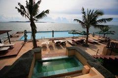 Pływacki basen, słońc loungers obok ogródu i budynki, Zdjęcie Stock