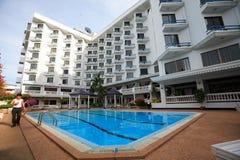 Pływacki basen, słońc loungers obok ogródu i budynki, Obraz Royalty Free