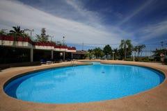 Pływacki basen, słońc loungers obok ogródu i bungalow, Fotografia Stock