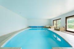 Pływacki basen w luksusowym dworze Obraz Stock