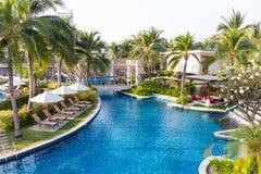 Pływacki basen w mieszkaniowym ogródzie z siklawą i krzesłami Obraz Stock