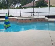 Pływacki basen w parawanowej klauzurze z basenu pokładem i zdroju jacuzzi zdjęcia stock
