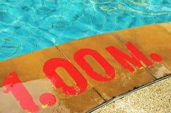 Pływacki basen z liczbą 1 00 na ziemi przy hotelem Zdjęcie Royalty Free
