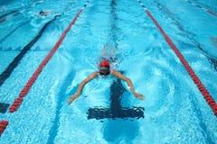 Pływacki basen z pływaczką zdjęcia royalty free