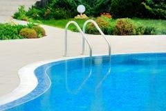 Pływacki basen z schodkiem przy hotelem Zdjęcie Stock