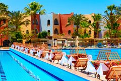 Pływacki basen z stołami Zdjęcia Stock